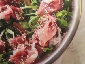 Салат из колбасы и фруктов